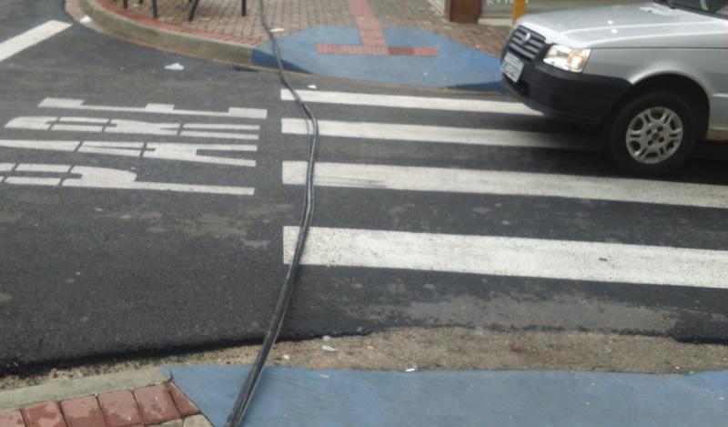 592dc0ef5867b Na Rua Siqueira Campos até a frente do Hotel Iguaçu o cabo está no chão ou  na abaixo da cintura.